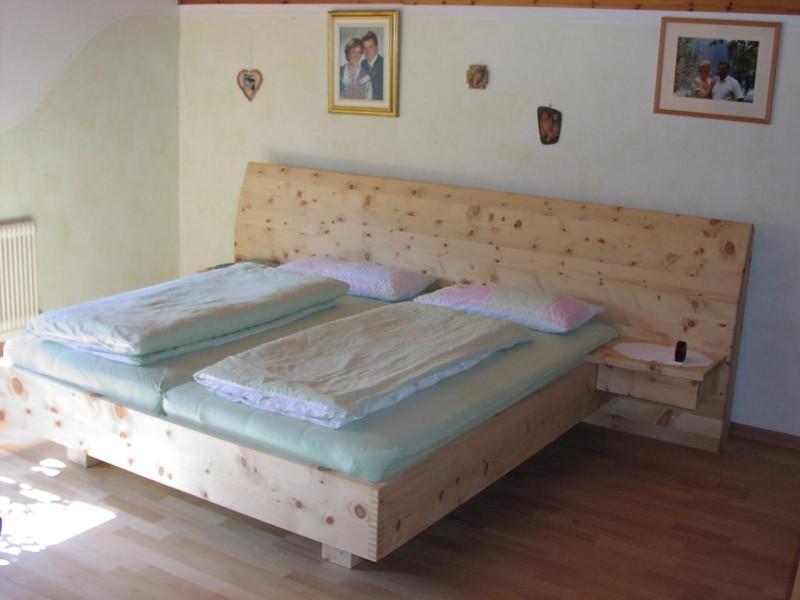Zirbenholz schlafzimmer modern  Zirbenholz-Schlafzimmer ‹ GRIESSNER | Tischlerei – Ausstellungshaus ...