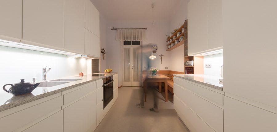eine k che mit gem tlichem sitzplatz griessner tischlerei ausstellungshaus neumarkt. Black Bedroom Furniture Sets. Home Design Ideas
