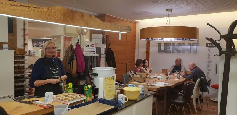 Wir Andritzer Kekse backen im Küchen-Raumdesign Griessner