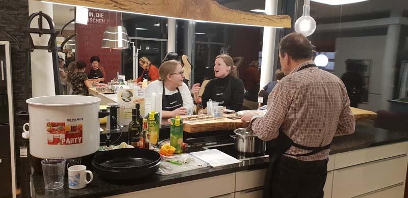 Köstlicher Punsch zubereitet im Küchen - Raumdesign Griessner