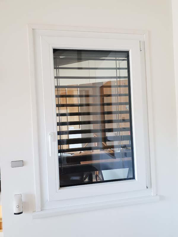 Fenster mit Raffstore und Insektenschutzrollo